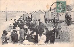 14 TROUVILLE SUR LA PLAGE A L HEURE DU BAIN / 138 - Trouville