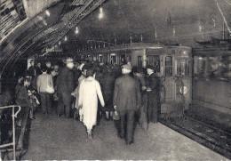 Cp 75 PARIS Station Du Métropolitain à L'heure D'affluence Métro Timbre Poste Marianne 15f Rouge Cachet Gare St Lazare - Metro