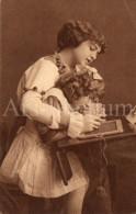 Postcard / CP / Postkaart / Fille / Girl / Femme / Woman / Unused - Grupo De Niños Y Familias