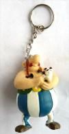 FIGURINE ASTERIX PLASTOY 1997 OBELIX AVEC IDEFIX DANS LES BRAS Braie Bleues Foncées Porte Clés TBE - Asterix & Obelix