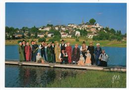 LATOUR D´AUVERGNE Ou LA TOUR D'AUVERGNE--Les Pastourelles Et Les Bergers (groupe Folklorique)Vue Générale Au Second Plan - Otros Municipios