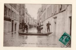 Meaux : Le Facteur, Rue Du Tan, Inondations De Janvier 1910, écrite En 1910. - Meaux