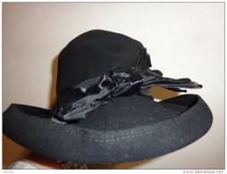 Beau Chapeau Noir  Ancien Feutre---avec Sa Pochette Papier Vetements Henri Esders -gendre A Angouleme - Vintage Clothes & Linen