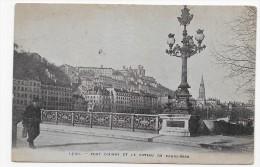 LYON - PONT D' AINAY ET LE COTEAU DE FOURVIERES AVEC PERSONNAGE - CPA NON VOYAGEE - Lyon