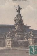 Cp , 65 , TARBES , Place Marcadieu , Fontaine Monumentale Duvigneau Et La Halle - Tarbes