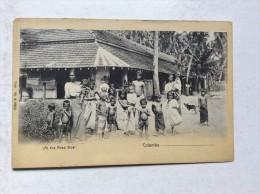 AK   CEYLON    AT THE ROAD SIDE   PRE.-1900 - Sri Lanka (Ceylon)
