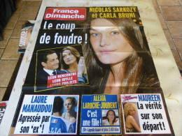 AFFICHE FRANCE DIMANCHE NICOLAS SARKOZY CARLA BRUNI REGARDEZ MES VENTES ! J´EN AI D´AUTRES - Tijdschriften: Abonnementen