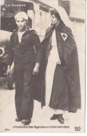Carte- Photo - INFIRMIERE DE LA CROIX ROUGE  AIDANT UN FUSILLIER MARIN BLESSÉ - CORRESPONDANCE MILITAIRE 1914 - Cruz Roja