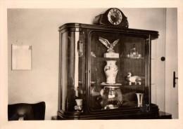 Photo Originale Allemagne (39-45) - Vitrine Au Glaces Arrondies Avec Pendule, Et Aigle En Vitrine - Objets