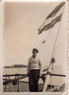 Photo Originale Navire - Batelier Ou Marinier à L'arrière De Son Embarcation - Casquette De Marin