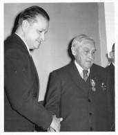 52 -Joinville - Photo Au Format 10,2x11,5 - Années 1950 - Albert Gigoux, Maire Et M. Diebold Fréfet De Haute-Marne - Lieux