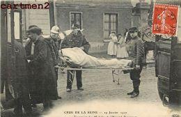 PARIS CRUE DE LA SEINE TRANSPORT DES MALADES DE L'HOPITAL BOUCICAUT POMPIER MILITAIRE AMBULANCE INFIRMIER INONDATIONS - Paris Flood, 1910