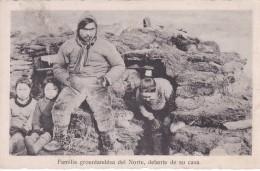 POSTAL DE FAMILIA GROENLANDESA DEL NORTE DELANTE DE CASA (GROENLANDIA) - Groenlandia