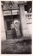 Photo Originale Portail En Fer Forgé Et Bois Et Couple Dont Mari En Uniforme Qui Pose Devant - Objetos