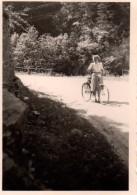 Photo Originale Vélo - Jeune Femme Souriante Et Son Vélo En 1953, En Forêt - Cyclisme