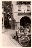Photo Originale Italie - Vacances 1957 - Scooter, Vélo Et Mobylette à L'Italienne Devant La Farmacia Alla Madonna Et Vue - Cyclisme