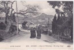 Cote D Azur Hyeres Route De L Hermitage Femmes Descendant La Rue - Hyeres