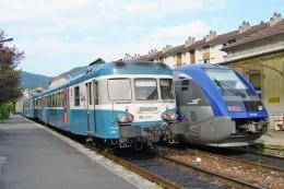 """Saint Claude (39) 22/09/2003 - L'autorail X73750 Croise Une """"UM"""" De X2800 (X2869 + X2896) - Stations With Trains"""