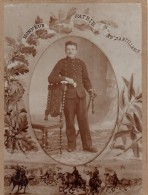 Photo Originale Soldat - Portrait De Militaire En Studio Col 28ème Régiment D'artillerie Et Sabre - Honneur - Patrie - - Guerra, Militares