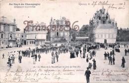 (51) Epernay - La Place De La République Un Jour De Fête - 2 SCANS - Epernay