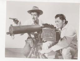 ^ ROBERT MITCHUM GILBERT ROLAND BANDIDO ARMI ATTORI CINEMA FOTO PHOTO 2 - Fotos