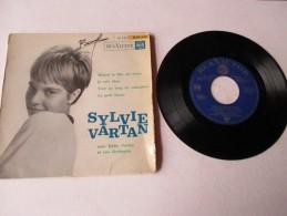 SYLVIE  VARTAN  --  QUAND LE FILM EST TRISTE / JE SUIS LIBRE // TOUT AU LONG DU CALENDRIER / PETIT LASCAR - 2 Photos - Vinyles