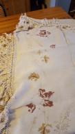 Groot Tafelkleed, Geborduurd, - Napperons