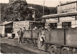 Bassin Houiller Un Groupe De Mineurs Et Leur Locomotrice - La Grand-Combe