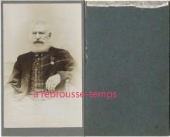 CDV Homme De Belle Prestance En Civil Avec Une Médaille-photographe Anonyme - Antiche (ante 1900)