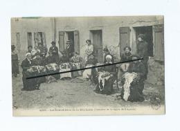 CPA -  Les Dentellières De La Haute Loire  (  Costumes De La Région De  Craponne ) - Craponne Sur Arzon