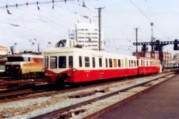 Toulouse (31) Mai 1981 - Un Autorail X3800 (Picasso) Quitte La Gare De Toulouse Matabiau - Stations With Trains