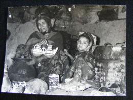 Photographie Originale Circa 1960 D' Arthur Smet En Algérie -- Femme Et Petite Fille Kabyle LIOB43 - Ethnics