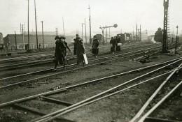 France Paris Greve Des Chemins De Fer Passageres Sur Les Voies Ancienne Photo Trampus 1920 - Professions
