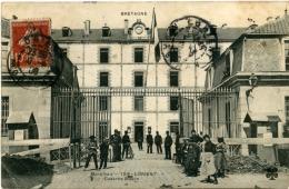 Lorient (56) - La Caserne Bisson Avec Une Bonne Animation Devant Celle-ci - Lorient
