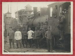 08 - Ardennes - Carte Photo ( Coupée ) - Locomotive - Soldats Allemands - Voir Delcampe N° 364249897 Et 364250525 - Schienenverkehr