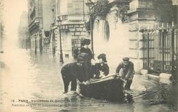 75 PARIS INONDATIONS JANVIER 1910 QUAI D'ORSAY NOUVEU MOYEN DE LOCOMOTION POUR RENTRER - Alluvioni Del 1910