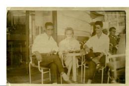 A Identifier. Cpa Photo De 3 Personnes à La Terrasse D'un Café à Oran. - A Identifier