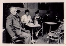 Photo Originale A La Tienne - Famille à La Terrasse D'un Café à Doulleus Le 13.08.1938 - - Objetos