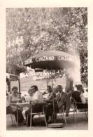 Photo Originale A La Tienne - Famille à La Terrasse D'un Café - Publicité Parasol Cinzano - Anonieme Personen