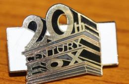 Pin's CINEMA  , 20th CENTYRY FOX  , Signé Démons & Merveilles  SUPER P42 - Cinéma