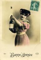 7679 - Femme Faisant Sauter Le Bouchon D'une Bouteille De Champagne - Women
