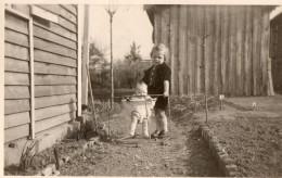 Enfant Dans Le Trotteur Ou Le Youpala, Pour Apprendre A Marcher: Année 1940  Belle Photo - Photographs