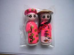 Neuf - Lot De 2 Magnets En Céramique Couple Homme Femme En Costume Traditionnel Rose Du Vietnam - Toerisme