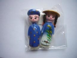 Neuf - Lot De 2 Magnets En Céramique Couple Homme Femme En Costume Traditionnel Bleu Du Vietnam - Toerisme