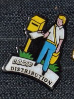 Pin´s CLDP DISTRIBUTION   BOITE AUX LETTRES   FACTEUR POSTE CONCURRENCE - Pin's & Anstecknadeln