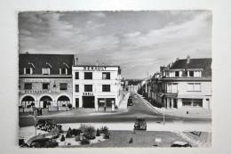 28 : La Loupe - Place De L'Hôtel De Ville ( Hôtel Du Chêne Doré - Garage Renault , Pompe Essence ) - La Loupe