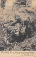 CPA SOLDAT SECOURANT SON CAMARADE DE COMBAT BLESSE - Guerra 1914-18