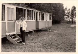 Photo Originale Bungalow Vintage - Femme à La Porte De Son Bungalow - - Gegenstände