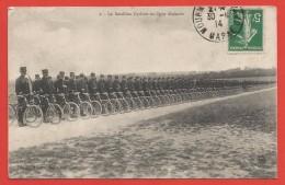 CPA Militaria - Le Bataillon Cycliste En Ligne Déployée - Reggimenti