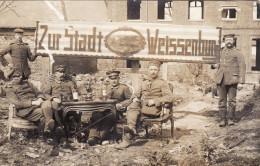 """CP Foto 1915 In Somme (Frankreich) - Soldaten, """"Zur Stadt Weissenburg"""" (A140, Ww1, Wk 1) - Weissenburg"""
